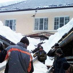 RANeX_отсутсвие снегозадержателей на крыше_повреждение снегом нижестоящей постройки
